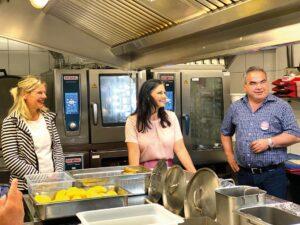 Großküche, 2 Frauen, 1 Mann